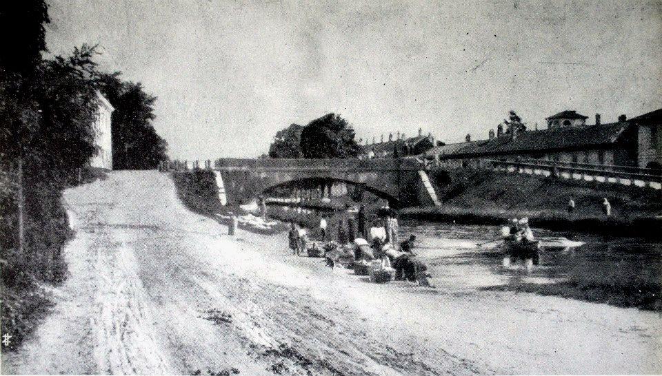 1908 - Il ponte di Corsico visto dall'alzaia sulla riva sinistra del Naviglio Grande.