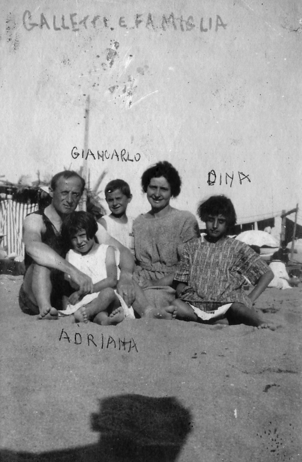 Anni Venti - Carlo Galetti al mare con la famiglia.