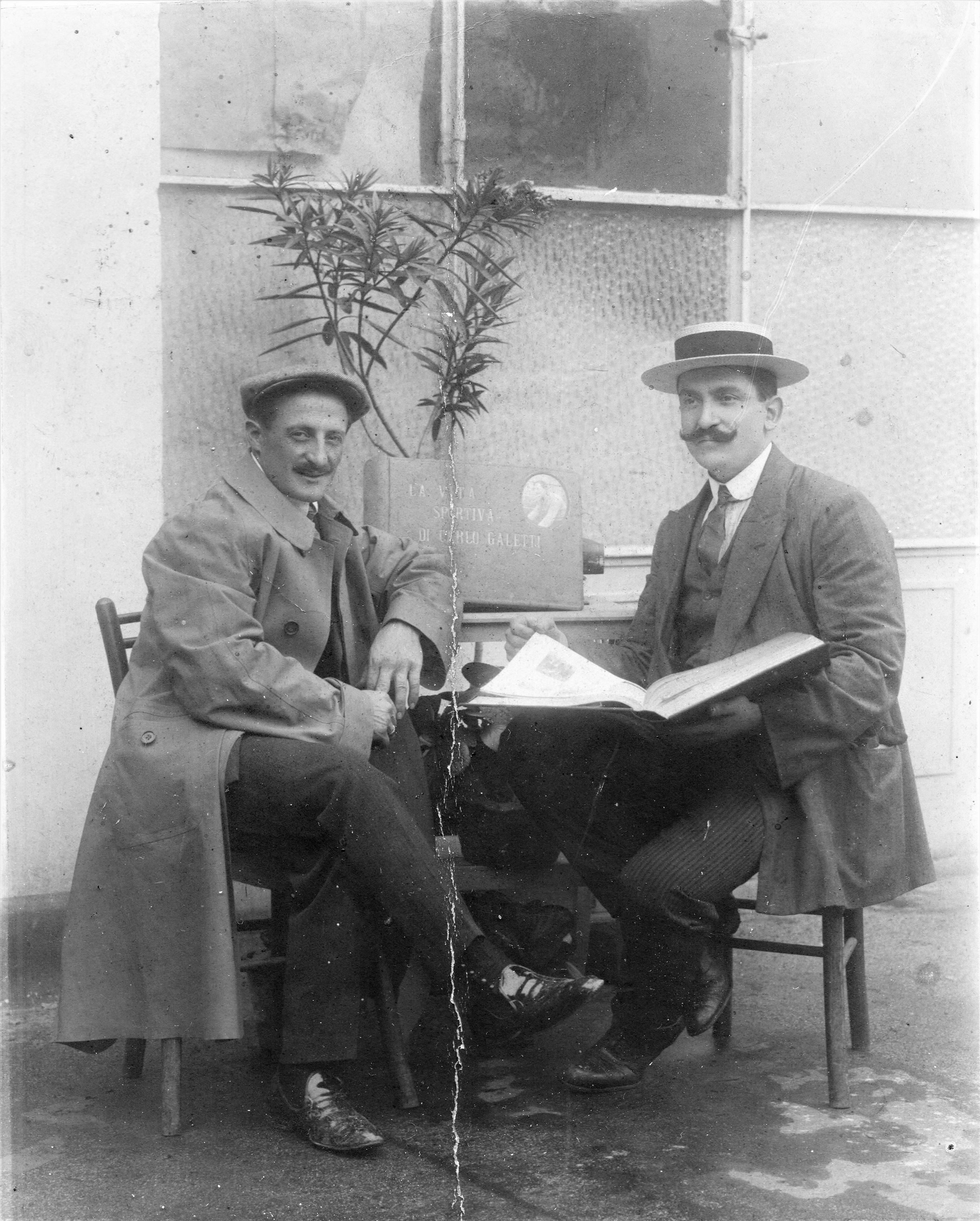 """1911 - Carlo Galetti ed Emilio Colombo, il giornalista autore del libro """"La vita sportiva di Carlo Galetti""""."""