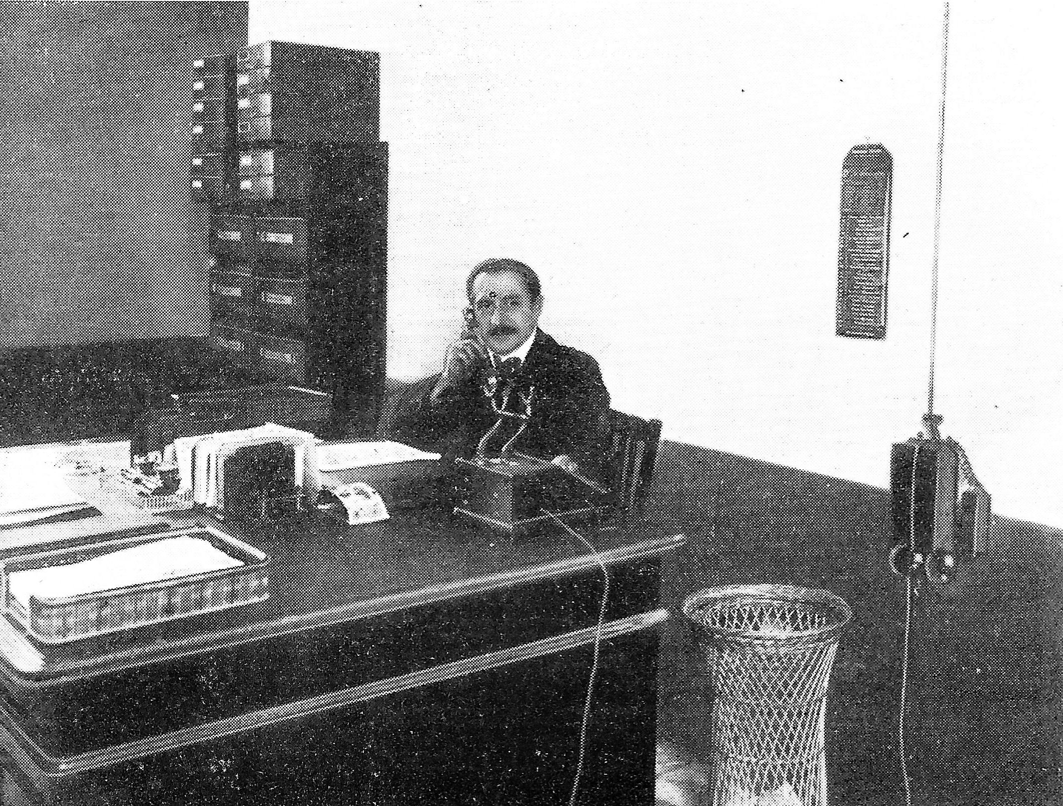 1911 - Carlo Galetti alla scrivania nella sua tipografia a Milano.